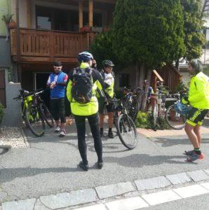 Vyjížďka naší místní cyklo-komunity. Před vstupem do servisu.